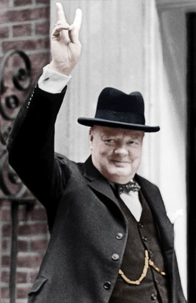 winston-churchill-giving-v-victory-sign-