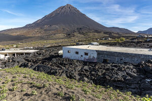 new/20191004 awl 3/africa cape verde fogo semidestroyed houses